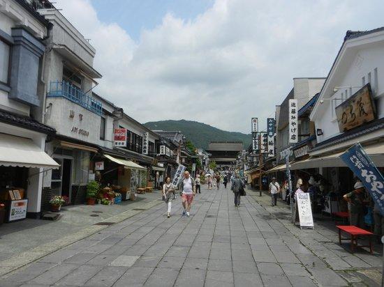 Zenko-ji Temple : lots of shops