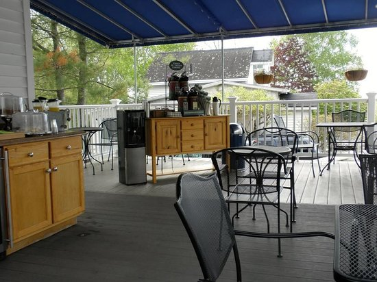 Glen Cove Inn & Suites: Patio breakfast