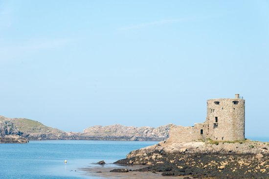Tresco, UK: Cromwell's castle walking from the harbour