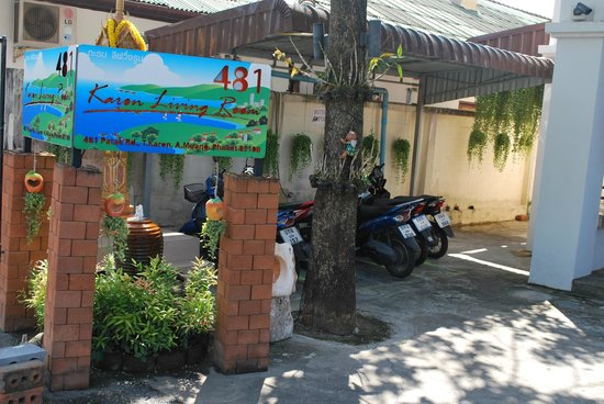 Karon Living Room: parcheggio scooter lato ingresso