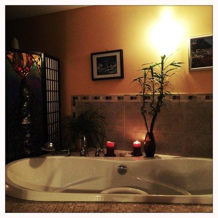 Bella's Beachfront B&B: The bath at the suite.