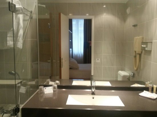 salle de bain picture of best western hotel crystal nancy tripadvisor. Black Bedroom Furniture Sets. Home Design Ideas