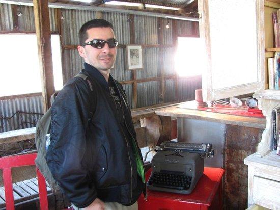 Estancia Cristina: Como todo periodista no podia no sacarme foto c esta maquina de escribir!