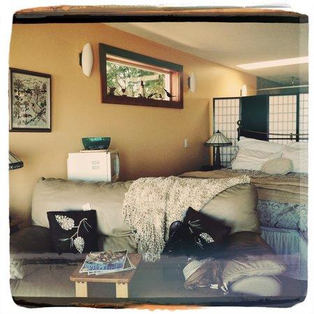 Bella's Beachfront B&B: Inside the suite.
