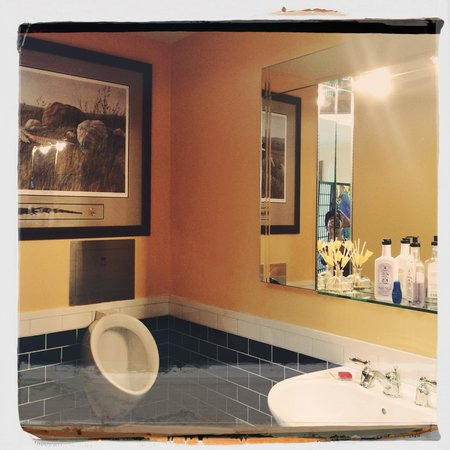 Bella's Beachfront B&B: A corner of The bathroom.
