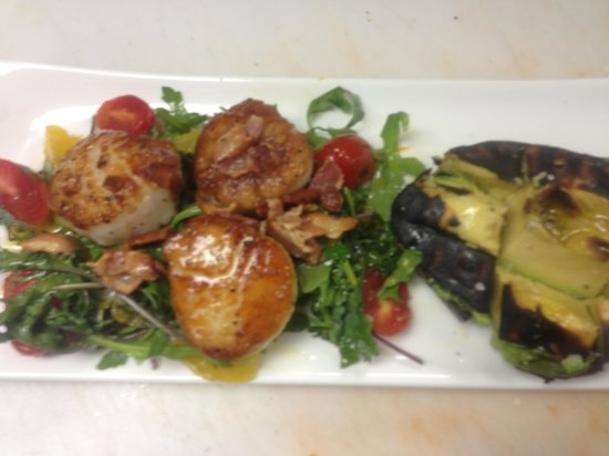 Walkers Mediterranean Restaurant: Scallop with grilled avocado