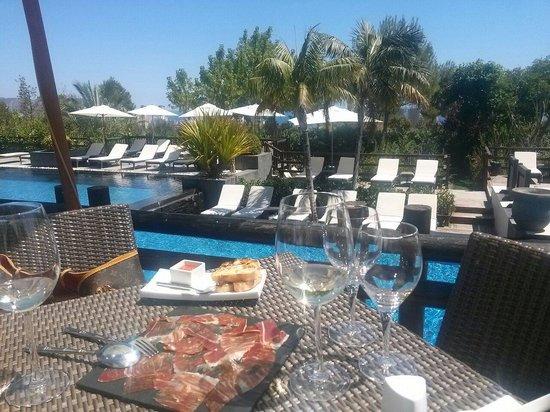 Barcelo Asia Gardens Hotel & Thai Spa : Comida junto a la piscina