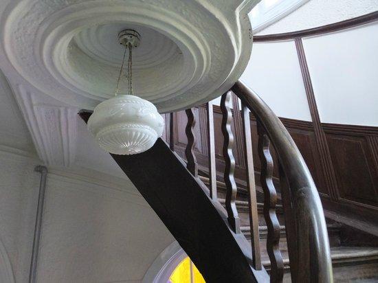 Huashi Villa (Huashi Lou) : らせん階段、地元の方の写真撮影場所と化してました