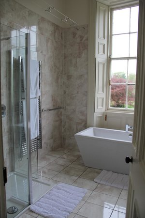 Tour House Bed and Breakfast: Our bathroom
