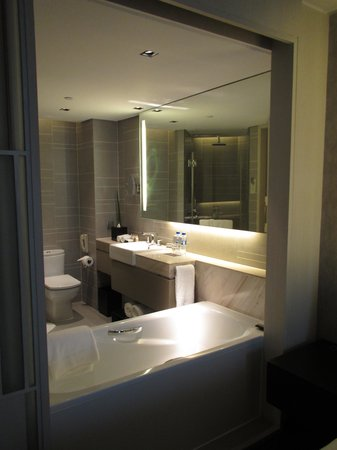 New World Makati Hotel: Bathroom