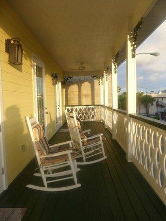 Inn On The Avenue Bed & Breakfast : Upstairs Balcony