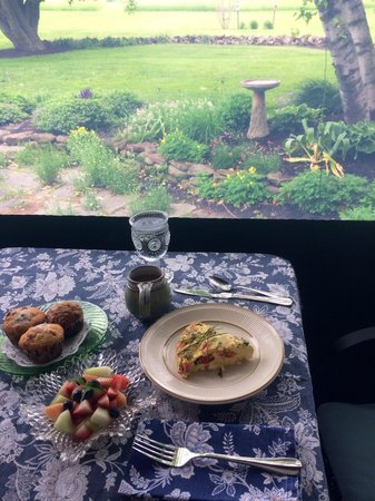 Arbor Inn at Griffin House: Breakfast on the back porch