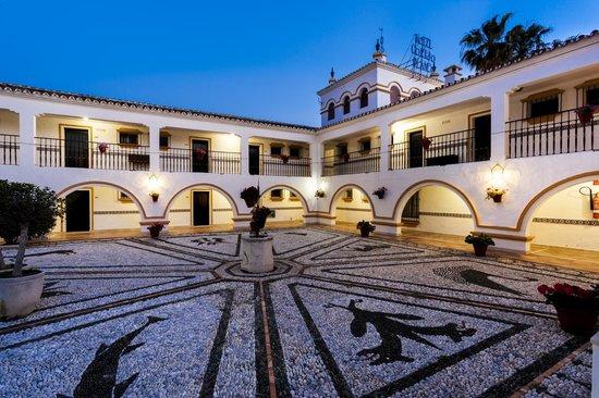 Globales Cortijo Blanco: Patio - interior hotel