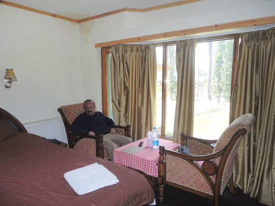 The Pine Palace Resort: Bay windows in the room