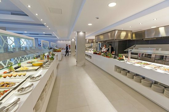 Mar Hotels Playa de Muro Suites: Restaurant buffet at Aparthotel Playa de Muro Suites