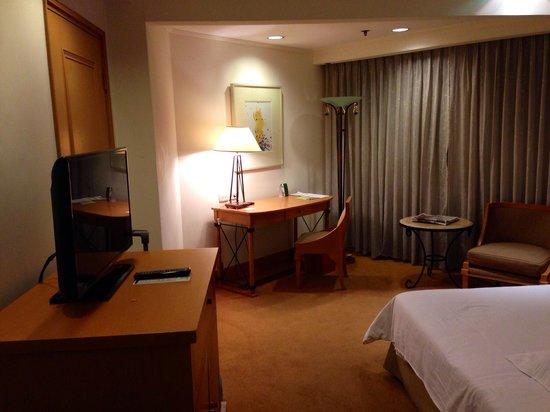 The Heritage Hotel Manila : The room. Quite spacious.