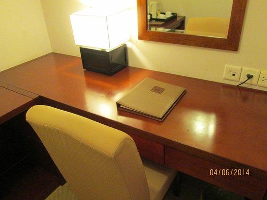 Catina Hotel: Meja kerja di kamar.