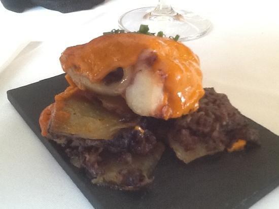 Restaurant La Cabana: pulpo con base de patata y butifarra negra . levitas