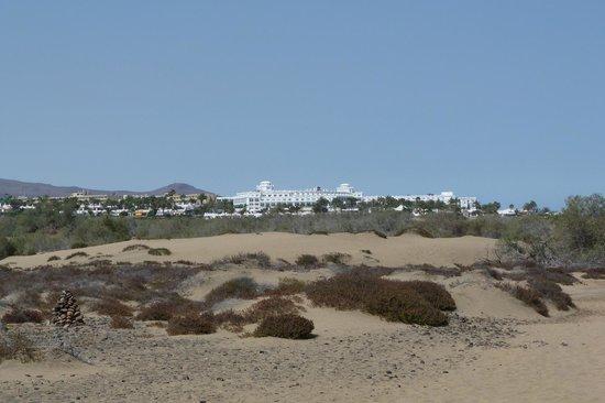 Hotel Riu Palace Maspalomas: vue de l'hôtel sur le chemin des dunes