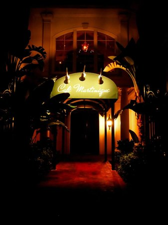 Cafe Martinique: Behind the austere entrance is the most beautiful glass elevator and restaurant.
