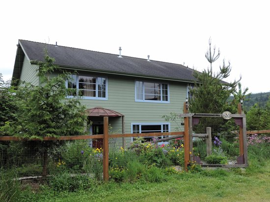 Solstice Farm B & B: Welcoming Garden