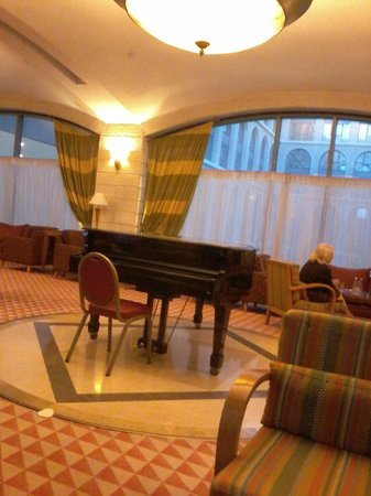Grand Court Hotel: hall con piano