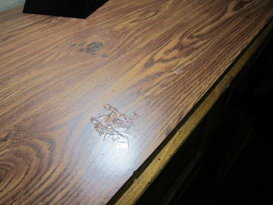 Lethbridge Lodge Hotel & Conference Centre: stain on desk