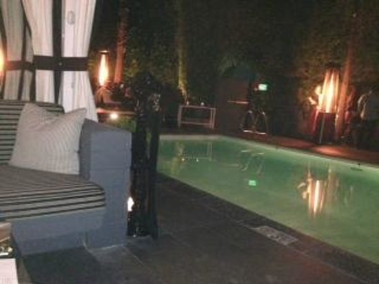 Viceroy Santa Monica: Patio in the evening