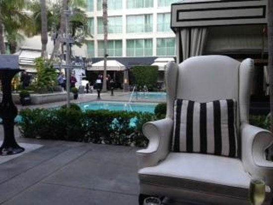 Viceroy Santa Monica: Leather chairs & cabanas on patio
