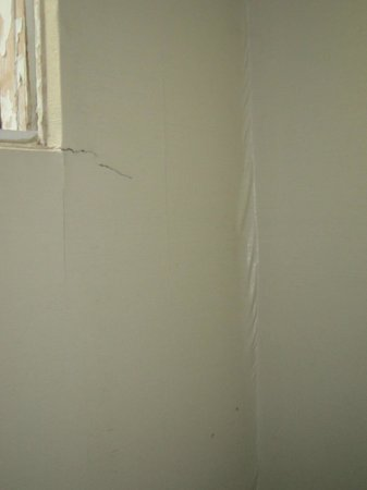 Lethbridge Lodge Hotel & Conference Centre: ripped up badly hung old wallpaper