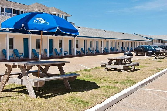 Dolphin Oceanfront Motel: Courtyard w/ picnic area