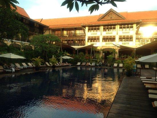 Victoria Angkor Resort & Spa: Vistas de la piscina y terrazas