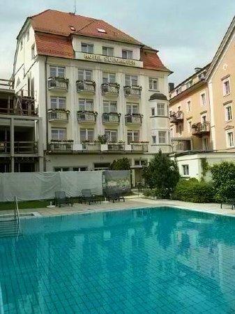 Hotel Reutemann und Seegarten: Beheizter Pool und Seegarten