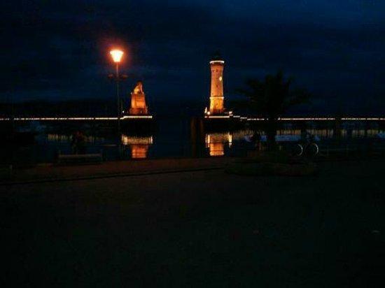 Hotel Reutemann und Seegarten: Blick auf die Lindauer Hafeneinfahrt bei Nacht