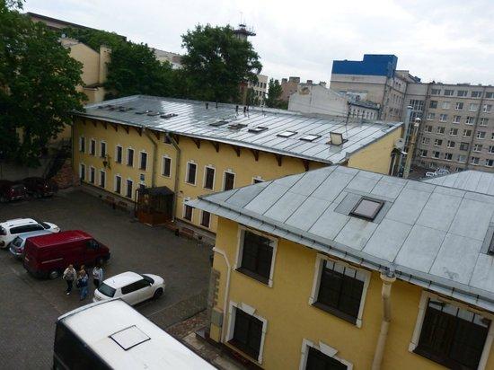 Hotel 365 Spb: Из окна видна столовая и другие корпуса отеля.