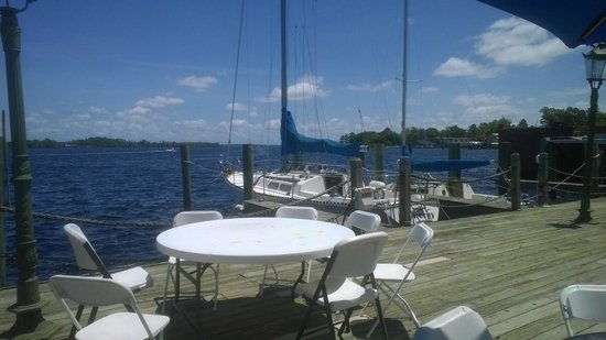 Grouper's Waterfront Restaurant: Groupers Waterfront Restaurant