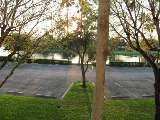 La Quinta Inn & Suites Sunrise Sawgrass Mills : estacionamento