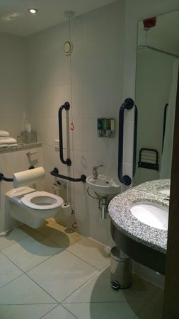 Hampton by Hilton London Croydon : Bathroom