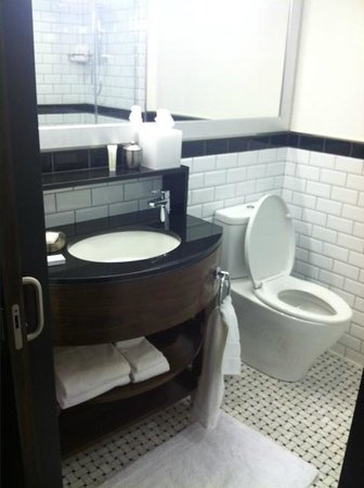 Archer Hotel New York: Nicely appointed bathroom in the Classic King