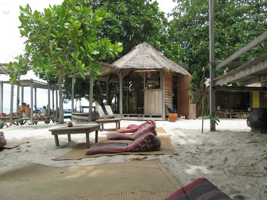Castaway Resort Koh Lipe: Same beach table looking south and the mini bar where the staff happily come and take care of ev