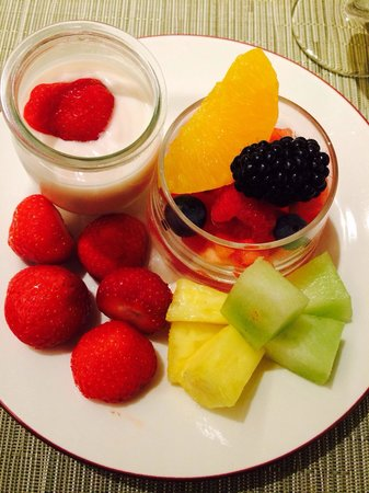 Hotel Okura Amsterdam : Fresh fruit and yoghurt for brek!