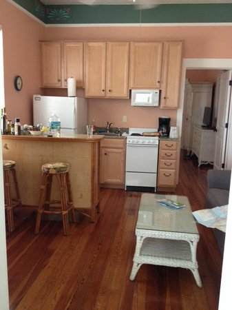 Sabal Palms Inn: Kitchen/Living