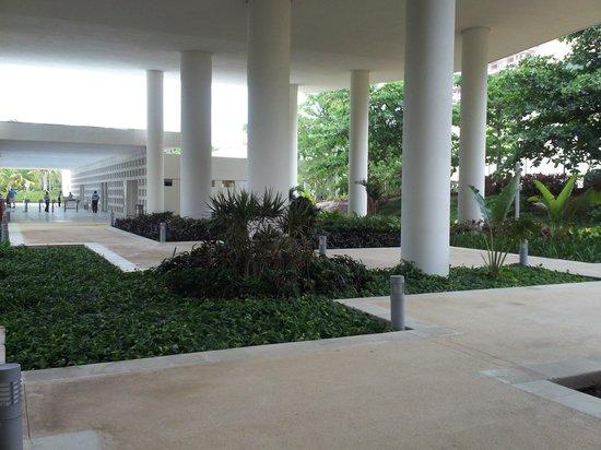 Museo Maya de Cancun : Gardens belolw the Mayan Museum