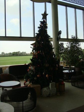 Desert Palm PER AQUUM: Subtle christmas tree in the bar seating area