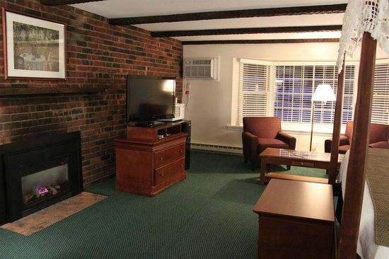 Yankee Inn: King Canopy Fireplace Suite