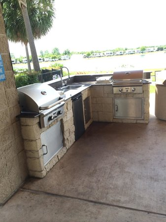 Lake View RV Resort: Grill area around pool