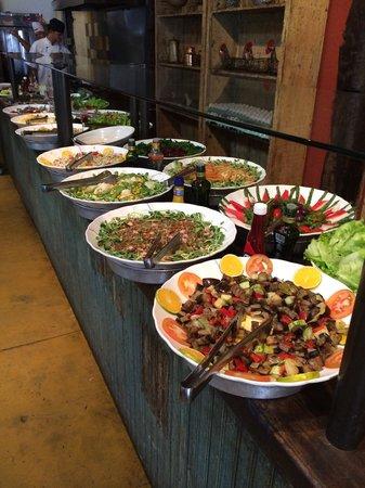 Emporium Armazem Mineiro: Boas saladas antes dos pratos mineiros
