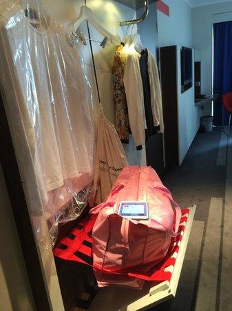Piter Inn Petrozavodsk: Единственная возможность оставить вещи - в чемодане на багажной полке в коридоре. Больше места н