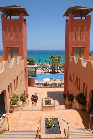 H10 Tindaya Hotel: Verso le piscine ed il mare