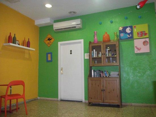 Indigo Youth Hostel: hall d'entrée + armoire à produit d'hygiène